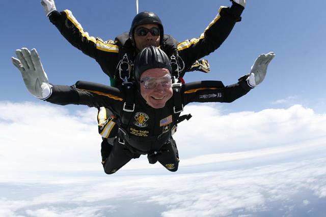 Ο 90χρονος Μπους το γιορτάζει με ελεύθερη πτώση!