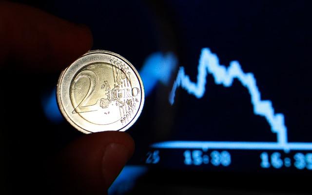 «Κατρακυλάει» το ευρώ