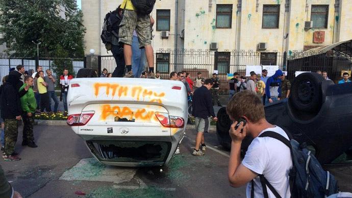 Διαδηλωτές κατέβασαν τη σημαία της ρωσικής πρεσβείας στο Κίεβο
