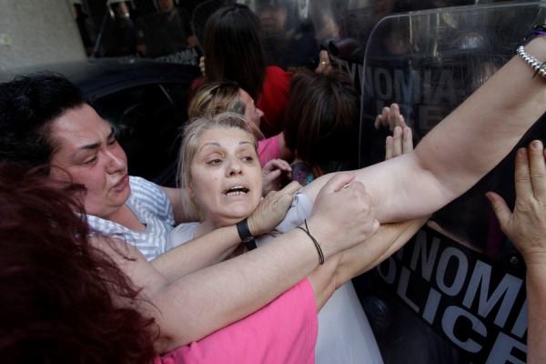 Βίντεο: Συγκρούσεις και τραυματισμοί έξω από το υπουργείο Οικονομικών