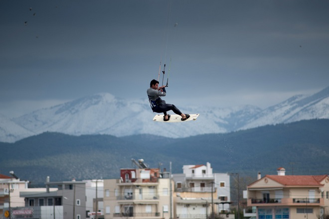 Αθλητές εκμεταλλεύονται τους θυελλώδους ανέμους  και κάνουν Kitesurfing, την Πέμπτη 14 Φεβρουαρίου 2019, στην παραλία Λιανή Άμμος στη Χαλκίδα. Η κακοκαιρία «Χιόνη» συνεχίζει να επηρεάζει τον καιρό της κεντρικής και νότιας Ελλάδας, θυελλώδεις έως πολύ θυελλώδεις βόρειοι άνεμοι πνέουν στο Αιγαίο, στην ανατολική Στερεά και στην Πελοπόννησο. Συνεχίζονται και τα προβλήματα στις ακτοπλοϊκές συγκοινωνίες λόγω των ισχυρών ανέμων που πνέουν σε πολλές θαλάσσιες περιοχές και φθάνουν κατά τόπους τα 10 Μποφόρ. ΑΠΕ ΜΠΕ/ΑΠΕ ΜΠΕ/ΒΑΣΙΛΗΣ ΑΣΒΕΣΤΟΠΟΥΛΟΣ