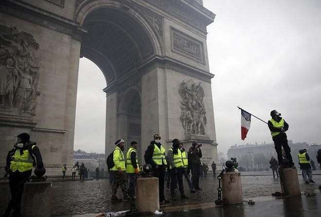 Πρώτη νίκη των «κίτρινων γιλέκων»: Αναστολή αύξησης των φόρων καύσιμων ανακοίνωσε η Γαλλία