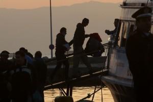 Μετανάστης οδηγείται από αξιωματικό της FRONTEX σε ειδικά ναυλωμένο σκάφος που θα εκτελέσει το δρομολόγιο Μυτιλήνη - Δικελί, Δευτέρα 4 Απριλίου 2016. 160 μετανάστες από το Πακιστάν, το Μπαγκλαντές και το Μαρόκο απελάθηκαν από την Ελλάδα στην Τουρκία σε εφαρμογή της συμφωνίας για την προσφυγική κρίση μεταξύ της Τουρκίας και της ΕΕ.  ΑΠΕ-ΜΠΕ/ΑΠΕ-ΜΠΕ/ΟΡΕΣΤΗΣ ΠΑΝΑΓΙΩΤΟΥ