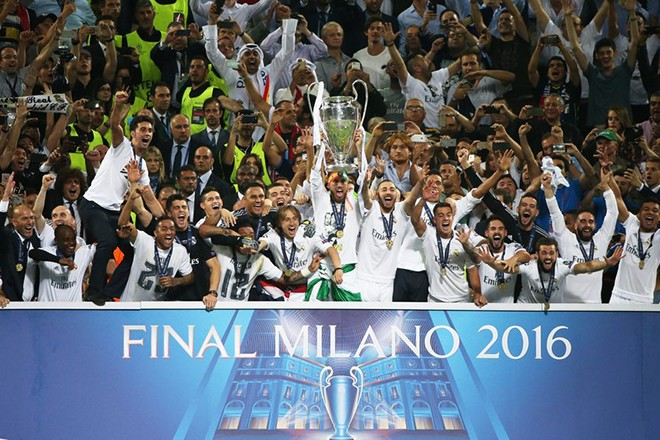 epa05335039 Captain Sergio Ramos of Real Madrid lifts the trophy after Real Madrid won the UEFA Champions League final between Real Madrid and Atletico Madrid at the Giuseppe Meazza Stadium in Milan, Italy, 28 May 2016.  EPA/OLIVER WEIKEN