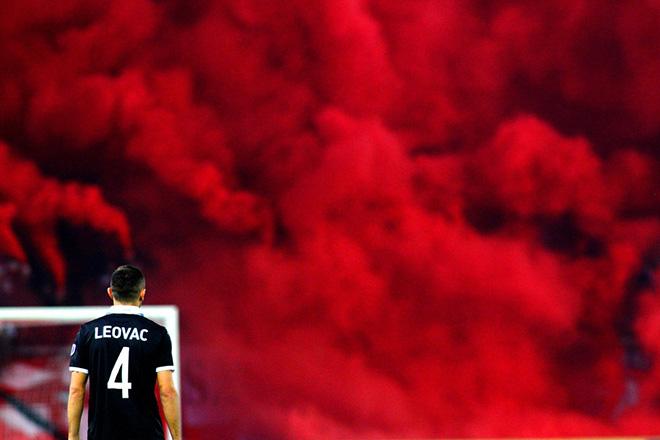 """Ο Μαρίν Λέοβατς παίκτης του ΠΑΟΚ κοιτάει τη ρίψη καπνογόνων, κατά τη διάρκεια του αγώνα ποδοσφαίρου Ολυμπιακός-ΠΑΟΚ για την 8η αγωνιστική της Super League, στο στάδιο """"Γεώργιος Καραϊσκάκης"""" στον Πειραιά. Κυριακή 23 Οκτωβρίου 2016. Ο αγώνας Ολυμπιακός-ΠΑΟΚ έληξε με σκορ 2-1. ΑΠΕ-ΜΠΕ/ ΑΠΕ-ΜΠΕ/ ΣΠΥΡΟΣ ΧΟΡΧΟΥΜΠΑΣ"""