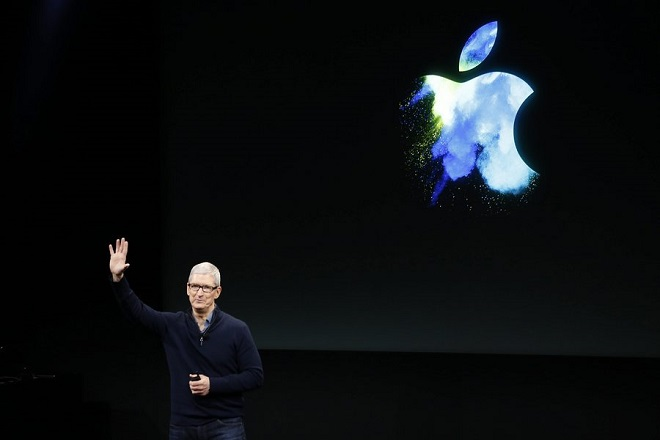 epa05606202 Tim Cook, CEO of Apple Inc., introduces the new updated Apple Macbook Pro line, during an event at the Apple Headquarters in Cupertino, California, USA, 27 October 2016.  EPA/TONY AVELAR