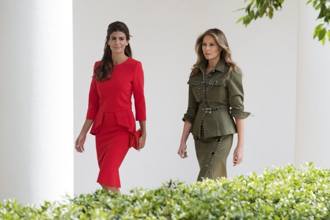epa05931389 US First Lady Melania Trump (R) and Argentine First Lady Juliana Awada (L) walk together at the Colonnade of the White House in Washington, DC, USA, 27 April 2017. US President Donald J. Trump hosts President of Argentina Mauricio Macri at the White House.  EPA/MICHAEL REYNOLDS