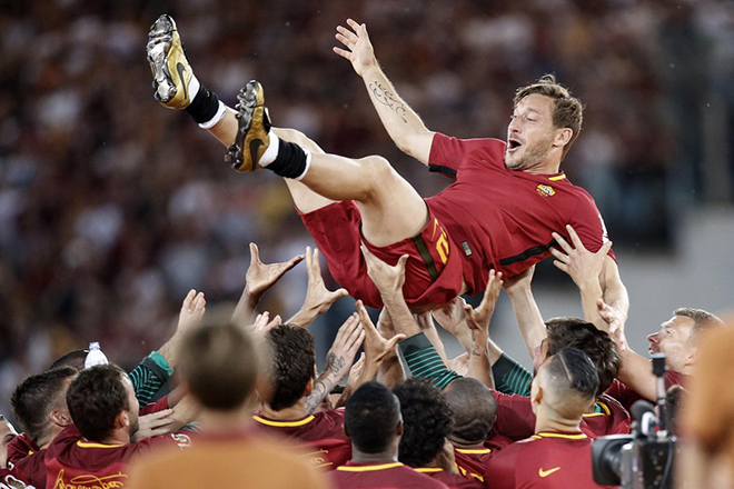 epa05996568 AS Roma's captain Francesco Totti celebrates with his teammates while he bids farewell at the end of his last soccer match for the Italian Serie A between AS Roma vs Genoa CFC at Olimpico stadium in Rome, Italy, 28 May 2017.  EPA/RICCARDO ANTIMIANI