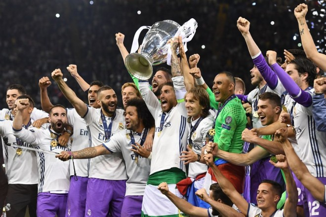epa06008975 Real Madrid's Sergio Ramos lifts the trophy while celebrating with his teammates winning the UEFA Champions League final between Juventus FC and Real Madrid at the National Stadium of Wales in Cardiff, Britain, 03 June 2017.  EPA/ANDY RAIN