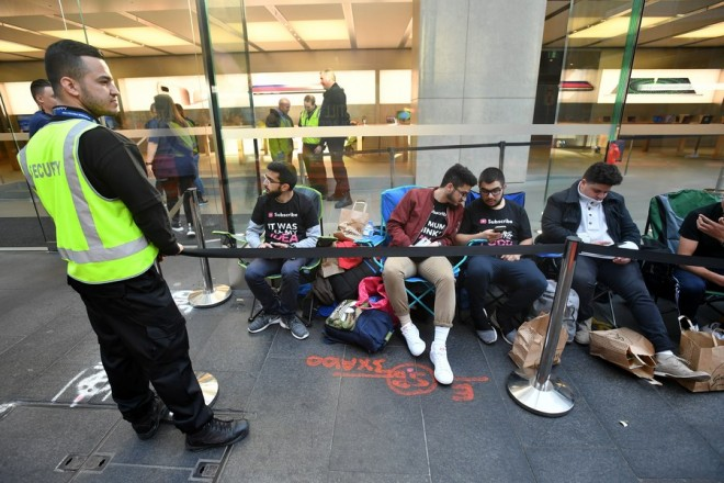 epa06218563 Customers wait in line for new products at the Apple Store in Sydney, New South Wales, Australia 22 September 2017. Tech giant Apple have released on the day the iPhone 8 and 8 Plus smartphones.  EPA/JOEL CARRETT  AUSTRALIA AND NEW ZEALAND OUT