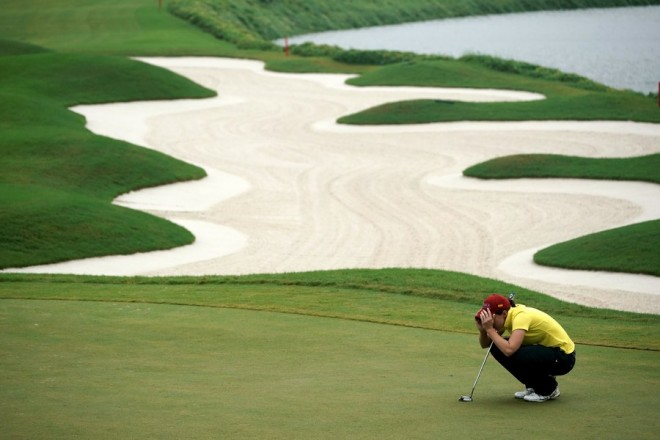 epaselect epa06275271 Carlota Ciganda of Spain lines up a putt during round one of the Swinging skirts LPGA Championship in New Taipei city, Taiwan, 19 October 2017.  EPA/RITCHIE B. TONGO