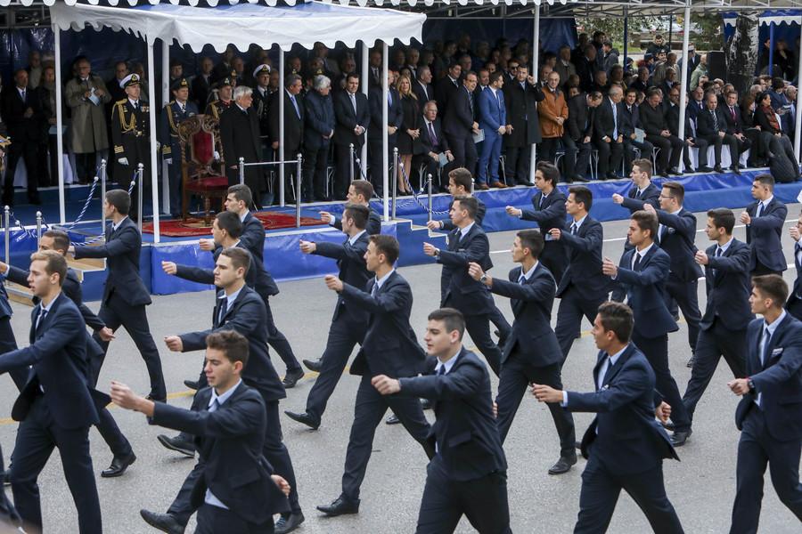 Τμήματα μαθητών  παρελαύνουν  μπροστά από τους επίσημους κατά τη διάρκεια της παρέλασης για την επέτειο του εορτασμού της 28ης Οκτωβρίου που έγινε στην λεωφόρο Μεγάλου Αλεξάνδρου, στη Θεσσαλονίκη. Σάββατο 28 Οκτωβρίου 2017. Με τη στρατιωτική παρέλαση ενώπιον του πρόεδρου της Δημοκρατίας Προκόπη Παυλόπουλου κορυφώνονται οι εκδηλώσεις στη Θεσσαλονίκη για την 28η Οκτωβρίου. ΑΠΕ ΜΠΕ/PIXEL/ΜΠΑΡΜΠΑΡΟΥΣΗΣ ΣΩΤΗΡΗΣ