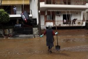 Κάτοικοι απομακρύνουν τις λάσπες από τα σπίτια τους στο κέντρο της Μάνδρας, Αττικής, Πέμπτη 16 Νοεμβρίου 2017, μετά τις καταρρακτώδεις βροχές που έπληξαν χθες την περιοχή. Τους 15 έχουν φτάσει οι νεκροί και έξι ακόμα άνθρωποι αγνοούνται ενώ μεγάλες είναι οι καταστροφές σε σπίτια, καταστήματα και περιουσίες από τις χθεσινές πλημμύρες στη Μάνδρα, τα  Μέγαρα και τη Νέα Πέραμο στην Αττική.  ΑΠΕ - ΜΠΕ/ΑΠΕ – ΜΠΕ/ ΓΙΑΝΝΗΣ ΚΟΛΕΣΙΔΗΣ