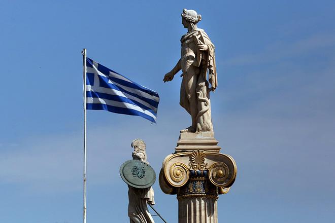 Η ελληνική σημαία κυματίζει ανάμεσα στα αγάλματα της Αθηνάς και του Απόλλωνα στη στέγη της Ακαδημίας, Αθήνα, Παρασκευή 22 Ιουνίου 2018. ΑΠΕ-ΜΠΕ/ΑΠΕ-ΜΠΕ/ΟΡΕΣΤΗΣ ΠΑΝΑΓΙΩΤΟΥ