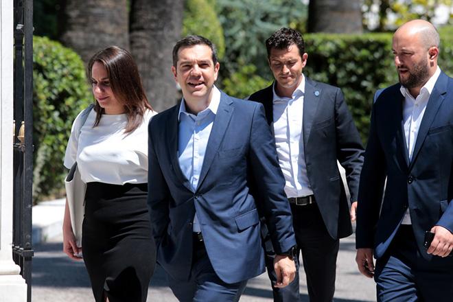 Ο πρωθυπουργός Αλέξης Τσίπρας αποχωρεί από το Προεδρικό Μέγαρο μετά την συνάντηση του με τον Πρόεδρο της Δημοκρατίας Προκόπη Παυλόπουλο , Παρασκευή 22 Ιουνίου 2018. Τον πρωθυπουργό Αλέξη Τσίπρα δέχτηκε ο Πρόεδρος της Δημοκρατίας Προκόπης Παυλόπουλος, την επομένη της συμφωνίας στο Eurogroup. ΑΠΕ-ΜΠΕ/ΑΠΕ-ΜΠΕ/Παντελής Σαίτας