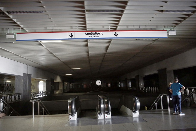 Κλειστός είναι ο σταθμός του μετρό στο Σύνταγμα, για προληπτικούς λόγους, εξαιτίας προβλήματος στην ηλεκτροδότηση από τη ΔΕΗ, Τετάρτη 22 Αυγούστου 2018. Εκτός λειτουργίας είναι η γραμμή 2 (Ανθούπουλη- Ελληνικό) του μετρό από τον σταθμό Πανεπιστήμιο έως το Ελληνικό. ΑΠΕ ΜΠΕ/ΑΠΕ ΜΠΕ/ΑΛΕΞΑΝΔΡΟΣ ΒΛΑΧΟΣ