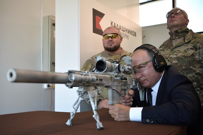 epa07032400 Russian President Vladimir Putin uses a Chukavin at Kalashnikov sniper rifle at Patriot Park in the Moscow region, Russia, 19 September 2018. Patriot Park is a military theme park.  EPA/ALEXEI NIKOLSKY/SPUTNIK/KREMLIN POOL MANDATORY CREDIT/SPUTNIK