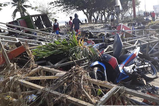Εκατόμβη νεκρών από τον ισχυρό σεισμό και το τσουνάμι στην Ινδονησία