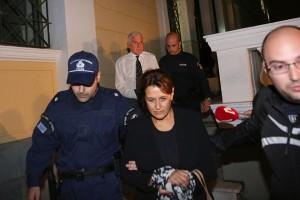 Ο Γιάννος Παπαντωνίου (ΠΙΣΩ-Α) και η σύζυγος του Σταυρούλα Κουράκου (Κ) εξέρχονται από τα Δικαστήρια της Ευελπίδων με χειροπέδες όπου οδηγούνται στην φυλακή μετά την πολύωρη απολογία τους ενώπιον των Ανακριτών Διαφθοράς για την υπόθεση της νομιμοποίησης παράνομων πληρωμών που φέρεται να έλαβε ο πρώην υπουργός Εθνικής Άμυνας, την Τρίτη 23 Οκτωβρίου 2018. Οι δύο σύζυγοι μετά από πολύωρη διαδικασία  κρίθηκαν προσωρινά κρατούμενοι με τη σύμφωνη γνώμη της Εισαγγελέως και των ανακριτών, για την κατηγορία της νομιμοποίηση παράνομων εσόδων ύψους 2,8 εκατομμυρίων ελβετικών φράγκων που φέρεται να έλαβε ο κ. Παπαντωνίου ως δώρο κατά την ενάσκηση των καθηκόντων του το 2003. ΑΠΕ-ΜΠΕ/ΑΠΕ-ΜΠΕ/ΟΡΕΣΤΗΣ ΠΑΝΑΓΙΩΤΟΥ