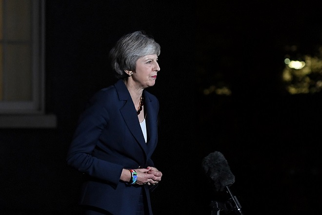 epa07165601 British Prime Minister Theresa May gives a statement outside Downing Street No 10 in London, Britain, 14 November 2018. Theresa May said Cabinet has backed the draft Brexit withdrawal agreement.  EPA/FACUNDO ARRIZABALAGA