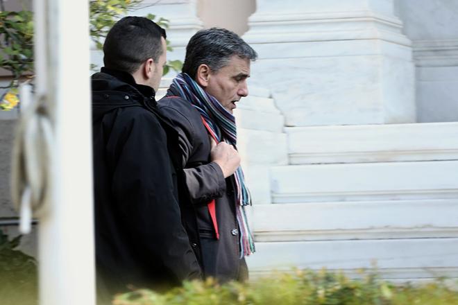 Ο υπουργός Οικονομικών Ευκλείδης Τσακαλώτος (Δ) προσέρχεται στο το Μέγαρο Μαξίμου κατά τη συνάντησή του προεδρείου της ΕΕΤ με τον πρωθυπουργό Αλέξη Τσίπρα, Αθήνα, Παρασκευή 28 Δεκεμβρίου 2018. ΑΠΕ-ΜΠΕ/ΑΠΕ-ΜΠΕ/ΣΥΜΕΛΑ ΠΑΝΤΖΑΡΤΖΗ