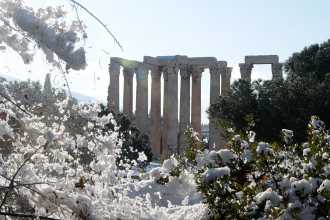 Αποψη από τις χιονισμένες στήλες του Ολυμπίου Διός , Τρίτη 8 Ιανουαρίου 2019. Η κακοκαιρία που πλήττει την Ελλάδα από χθες είχε σαν αποτέλεσμα να καλυφθεί από χιόνι μεγάλο μέρος της χώρας και το μεγαλύτερο μέρος της πρωτεύουσας. ΑΠΕ-ΜΠΕ/ΑΠΕ-ΜΠΕ/Παντελής Σαίτας
