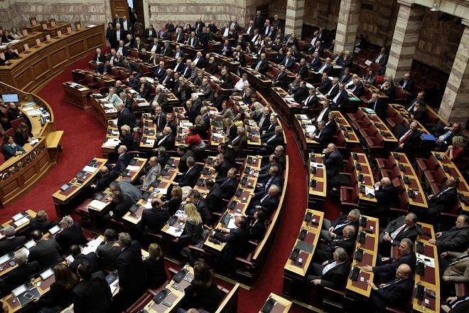 Βουλευτές ψηφίζουν επί των διαδικασιών στη συζήτηση στην Ολομέλεια της Βουλής με θέμα: Κύρωση της Τελικής Συμφωνίας για την Επίλυση των Διαφορών οι οποίες περιγράφονται στις Αποφάσεις του Συμβουλίου Ασφαλείας των Ηνωμένων Εθνών 817 (1993) και 845 (1993), τη Λήξη της Ενδιάμεσης Συμφωνίας του 1995 και την Εδραίωση Στρατηγικής Εταιρικής Σχέσης μεταξύ των Μερώv, Τετάρτη 23 Ιανουαρίου 2019.   ΑΠΕ-ΜΠΕ/ΑΠΕ-ΜΠΕ/ΣΥΜΕΛΑ ΠΑΝΤΖΑΡΤΖΗ