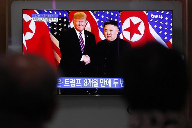 Ο Τραμπ κάνει πίσω και ακυρώνει τις κυρώσεις που επέβαλε την Πέμπτη στη Βόρεια Κορέα