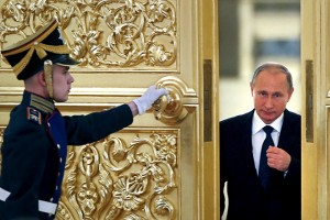 An honor guard opens the door as Russian President Vladimir Putin (R) enters a hall to attend a meeting with members of the Presidential Council for Civil Society and Human Rights at the Kremlin in Moscow, Russia, October 1, 2015. REUTERS/Yuri Kochetkov/Pool      TPX IMAGES OF THE DAY      - RTS2KVZ