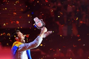 Singer Mans Zelmerloew representing Sweden poses with the trophy after winning the final of the 60th annual Eurovision Song Contest in Vienna, Austria, May 24, 2015. REUTERS/Heinz-Peter Bader - RTX1EA6S