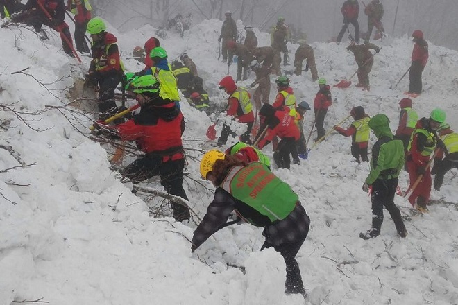 epa05740803 A handout photo made available by the Italian Mountain Rescue Service 'Soccorso Alpino' shows Soccorso Alpino volunteers and rescuers at work in the area of the hotel Rigopiano in Farindola, Abruzzo region, Italy, 22 January 2017. Four days after the 18 January huge avalanche that swept away the hotel Rigopiano, search crews are intensifying their round-the-clock operation, fighting against the clock and deteriorating weather conditions including fresh snowfall and freezing temperatures. Five people were killed in the disaster, 11 survived, while 23 are still missing.  EPA/SOCCORSO ALPINO HANDOUT  HANDOUT EDITORIAL USE ONLY/NO SALES