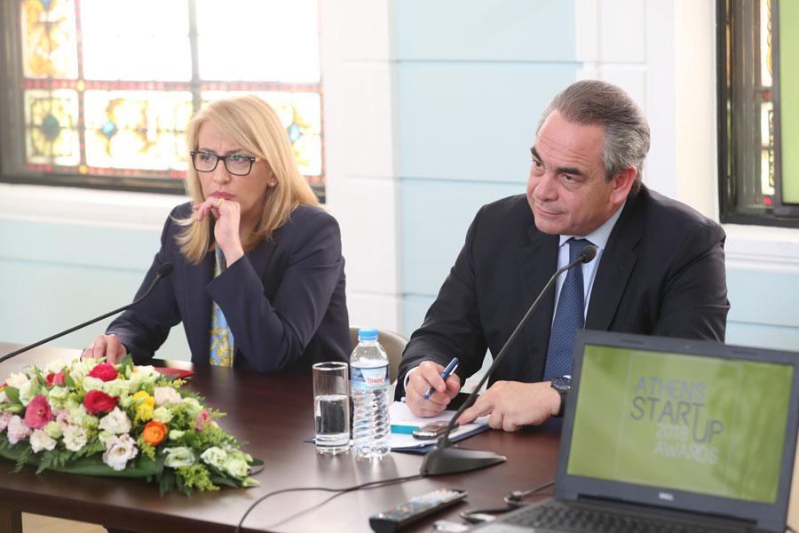 O πρόεδρος του ΕΒΕΑ και της ΚΕΕ κ. Κωνσταντίνος Μίχαλος και η Περιφερειάρχης Αττικής κ. Ρένα Δούρου.