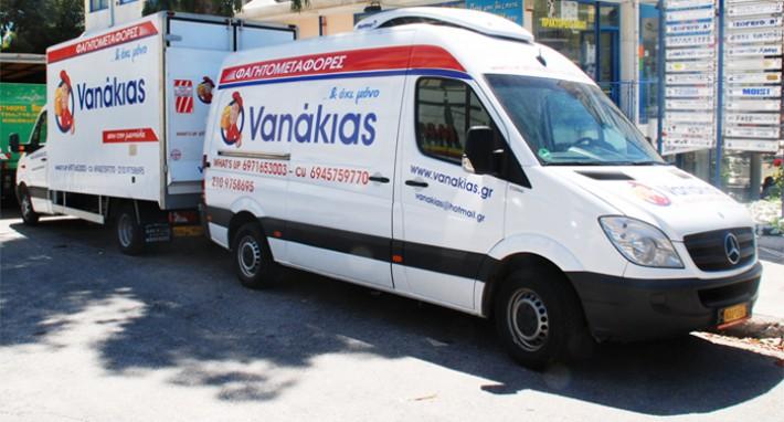 Ο Vanakias που μεταφέρει σπιτικό φαγητό στους φοιτητές