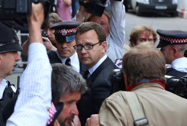 Συνελήφθη ο πρώην υπεύθυνος Τύπου του Κάμερον για υποκλοπές
