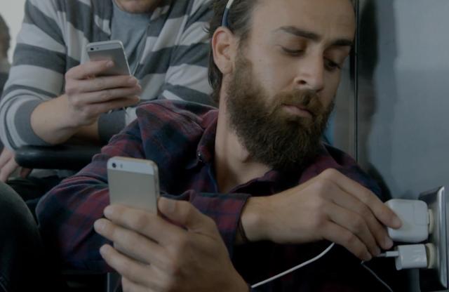 Η Samsung «χτυπάει» την Apple με μεγάλη δόση χιούμορ