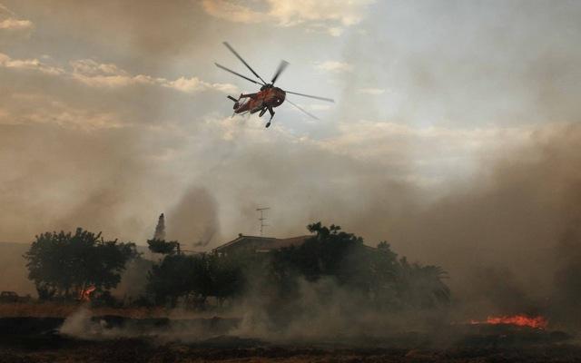Ανεξέλεγκτη μαίνεται η πυρκαγιά στο Αντισκάρι Ηρακλείου