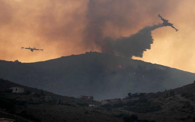 Σε ύφεση η μεγάλη πυρκαγιά στην Κερατέα