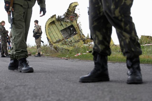 Οι φιλορώσοι αντάρτες εγκαταλείπουν τις θέσεις τους στo Ντονέτσκ