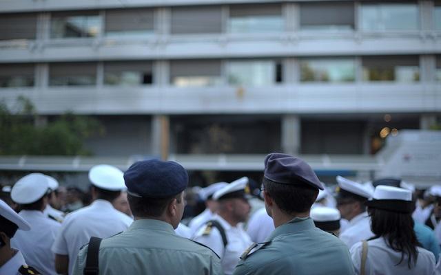 Βίντεο: Διαμαρτυρία των ενστόλων έξω από το υπουργείο Οικονομικών