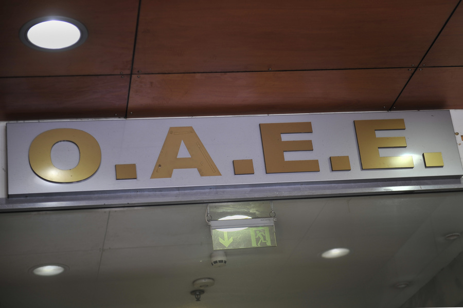 Καταρρέει από τα ελλείμματα ο ΟΑΕΕ