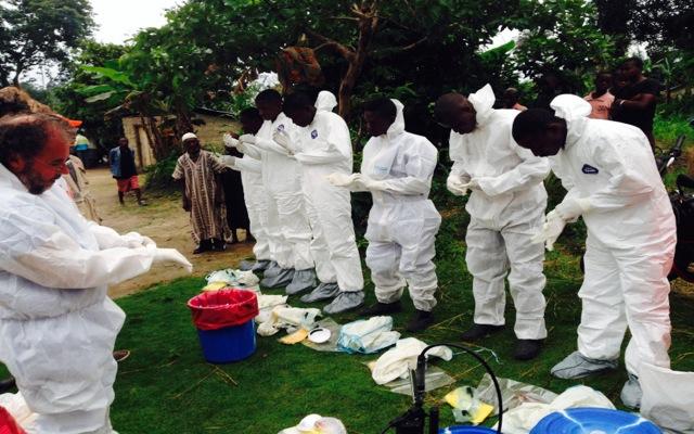 «Καραντίνα» στη Δυτική Αφρική για την εξάπλωση του Έμπολα