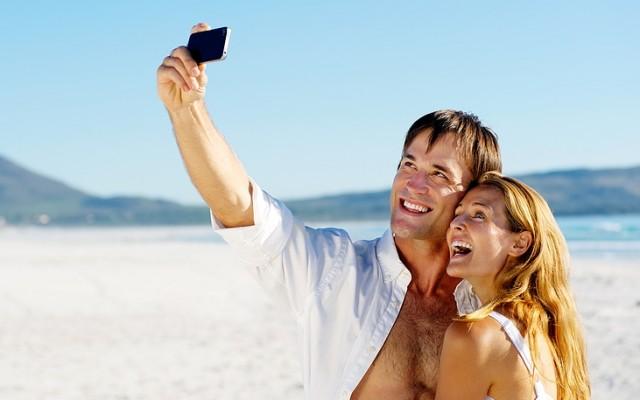 Οι Έλληνες «κολλημένοι» με το κινητό τους και στις διακοπές