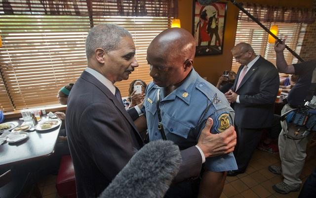 «Καθησύχασε» το Φέργκιουσον ο Αμερικανός υπουργός Δικαιοσύνης