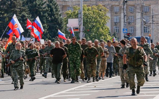 Οι δύο παρελάσεις της διχασμένης Ουκρανίας – Φωτογραφίες