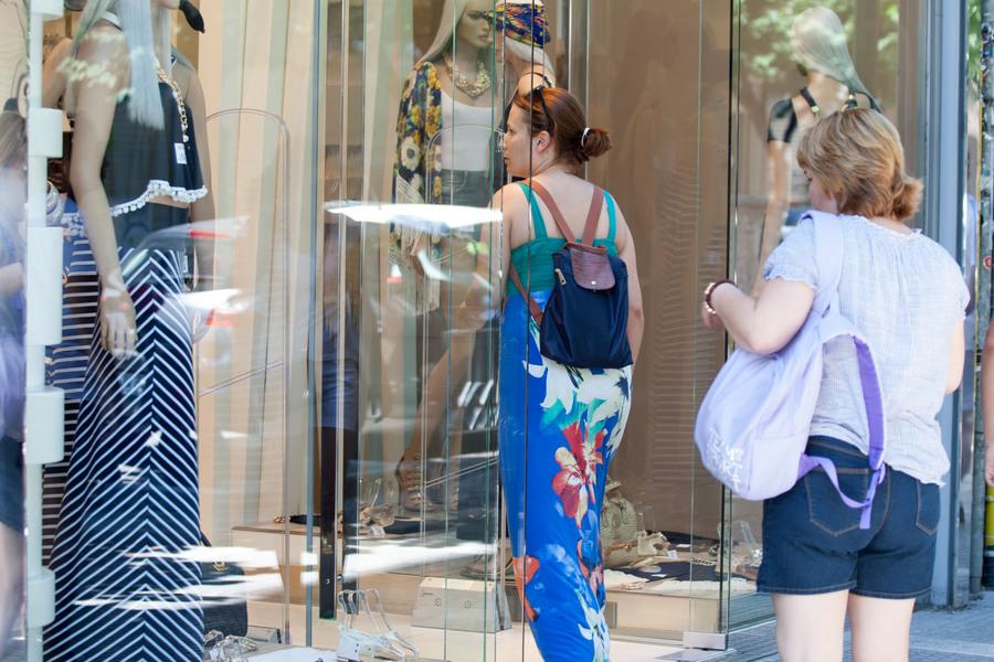 Ανοιχτά τα καταστήματα την Κυριακή για τις θερινές εκπτώσεις