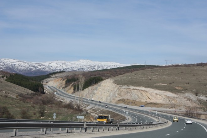 Struma_highway_heading_north_close_to_Sofia_20090407_006