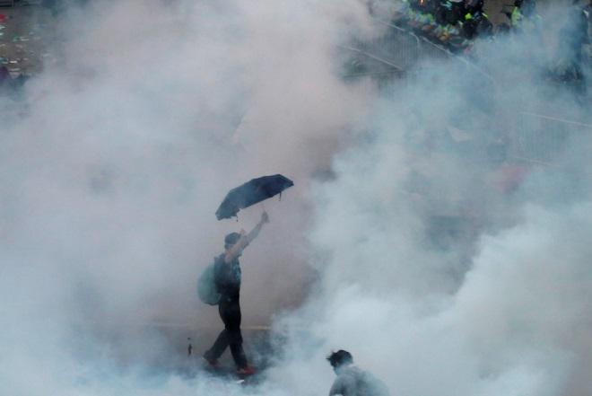 Δακρυγόνα και χάος στο Χονγκ Κονγκ (εικόνες και βίντεο)