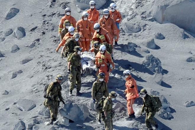 Στιγμές αγωνίας στην πλαγιά του ηφαιστείου (εικόνες – βίντεο)