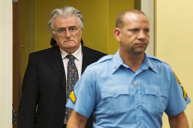 «Kινητήρια δύναμη» της γενοκτονίας των Βοσνίων ο Κάρατζιτς, λένε οι εισαγγελείς