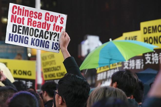 Οι αρχές του Χονγκ Κονγκ καλούν τους διαδηλωτές να διαλυθούν ειρηνικά